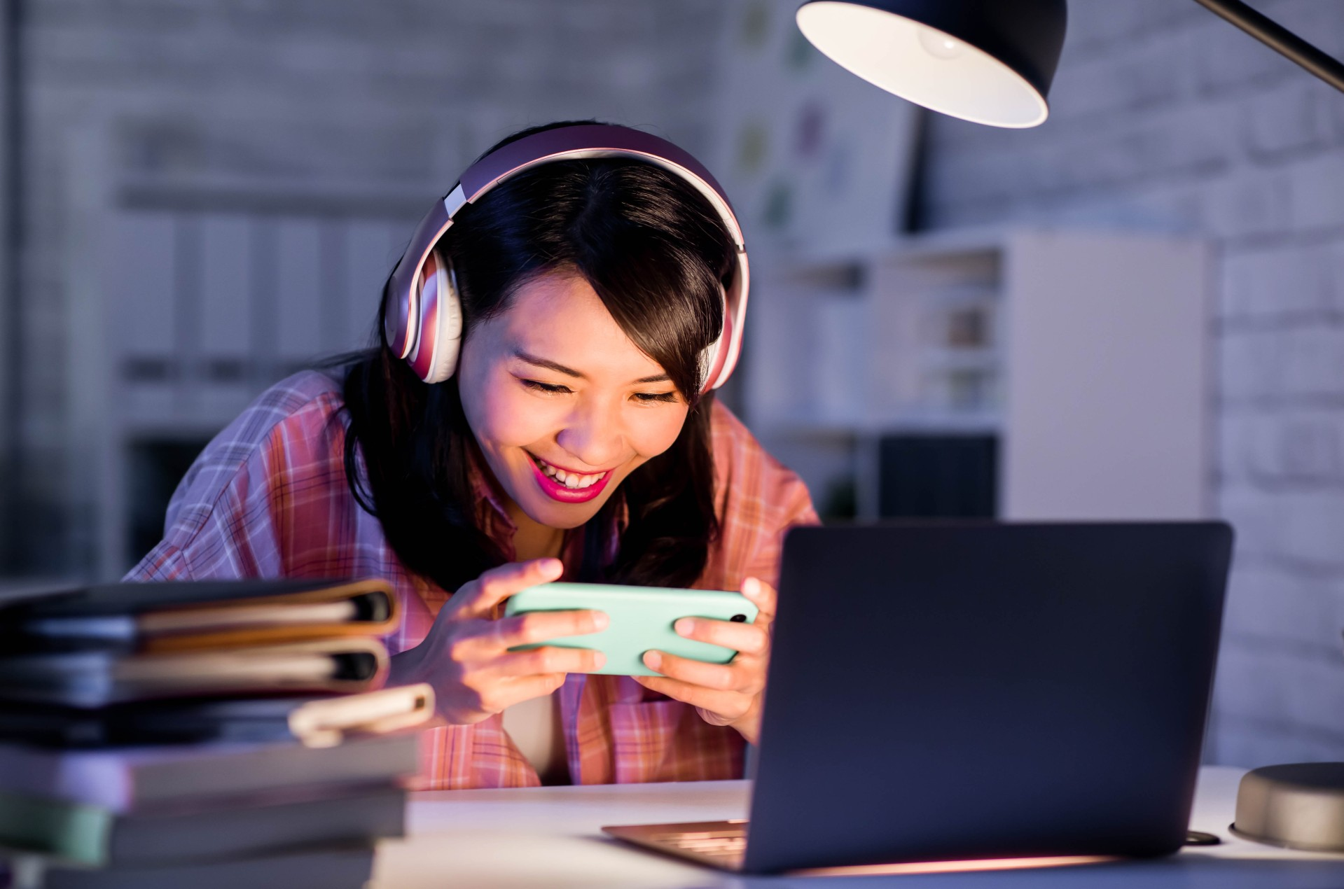 teen girl mobile gaming